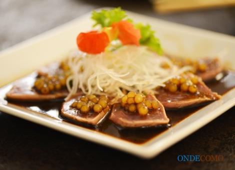 Makimono especial - arroz com shari especial, enguia e finas lâminas de abacate