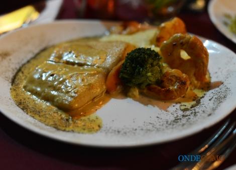 Linguado ao veloutè de camarões (acompanha purê de batatas com queijo brie, Mostarda Dijon e legumes sauté)