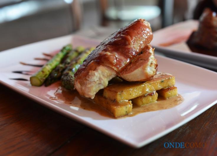 Peito de frango recheado com brie enrolado no presunto parma, aspargos branqueados, polenta de parmesão