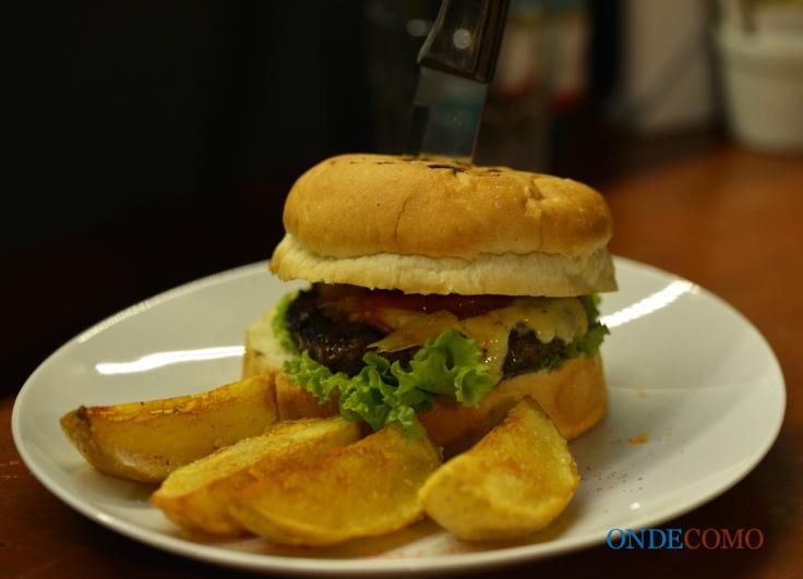 Cheese deli burguer (pão de hambúrguer, blenda de Picanha 200g, queijo gouda, relish de tomate com semente de mostarda e alface americana)