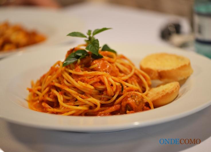 Spaguetti Piemonte (spaguete com mini polpetones e queijo minas ao molho pomodoro)