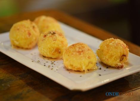 Pão de queijo com catupiry no braseiro