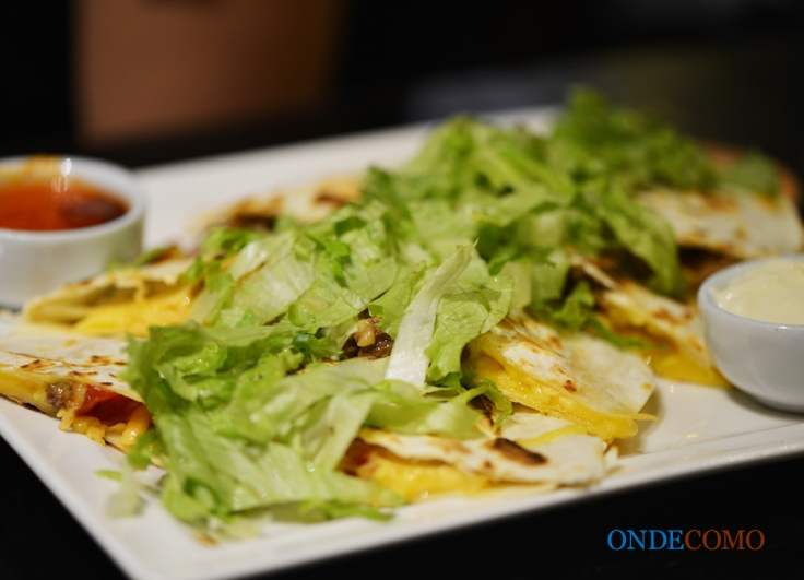 Quesadilla (deliciosa tortilla recheada de muito queijo, file, tomate, cebola e molho mexicano. vinda direto da chapa)