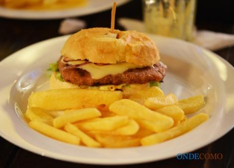 Aproxima (pão francês redondo, hambúrguer de lingüiça de pernil, queijo do serro, maionese de limão, cebola roxa e alface)
