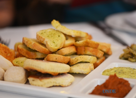 Couvert (cesta de pães, sardella, berinjelas em conserva e creme de grana padano)