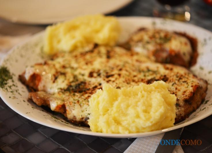 Parmeggiano de filet (empanado em farinha especial do armazém, molho pomodoro, presunto, muçarela e orégano) com purê de batatas