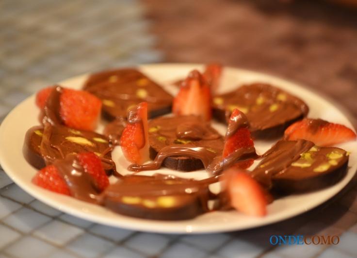 Rocambole de chocolate recheado com Nutella com pistache