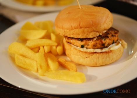 Yohei (pão de hambúrguer, hambúrguer de salmão, cogumelos paris frescos salteados ao molho teriyaki, creamcheese e rúcula)