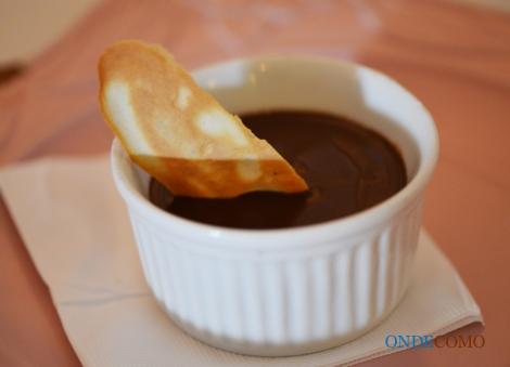 Brûlée de chocolate da Amazônia com flor de sal - leite e ovos, cozidos ao chocolate meio amargo