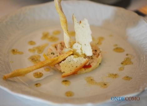 Ceviche de peixe branco ao teriaki sobre purê branco gelado - peixe cru marinado com limão sobre purê de batata