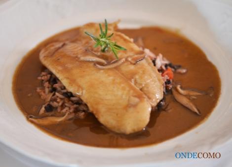 Linguado pochê ao molho de carne sobre arroz de grãos - linguado cozido no  molho de carne e arroz de grãos