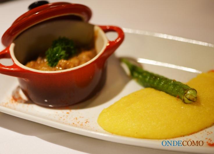 Polenta com ragu de galinha caipira e quiabo grelhado