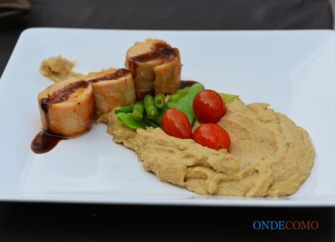 Galantine de frango com bacon e damasco e musseline de couveflor com roquefort