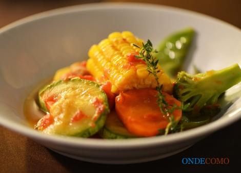 Legumes em molho de ostra brócolis, cenoura, milho verde e batata baroa em molho oriental