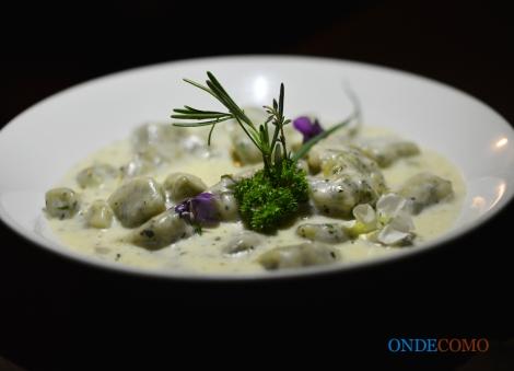 Nhoque de ervas ao molho de queijo da Serra da Canastra