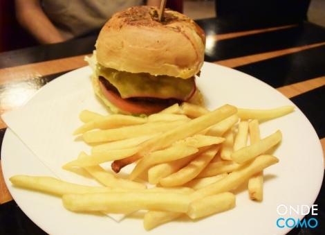 Bistrô Blend - pão cearense com ervas, molho aioli, hambúrguer de 200g de blend de fraldinha com pernil, bacon, queijo gouda, alface, tomate e cebola
