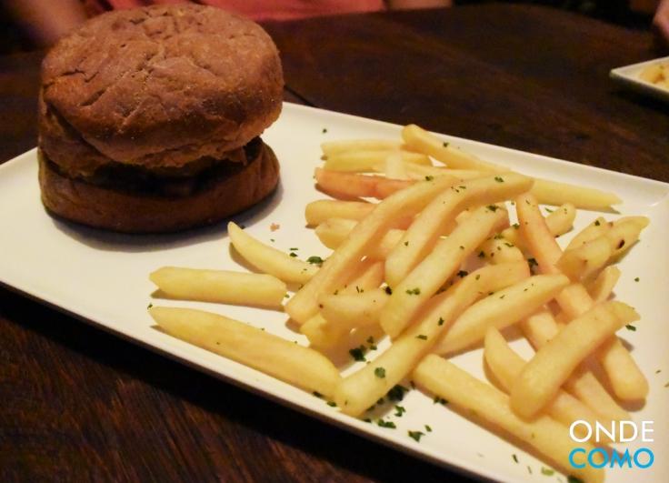 Geek Burger - hambúrguer artesanal feito na casa, pão australiano, bacon em cubos e queijo gorgonzolar