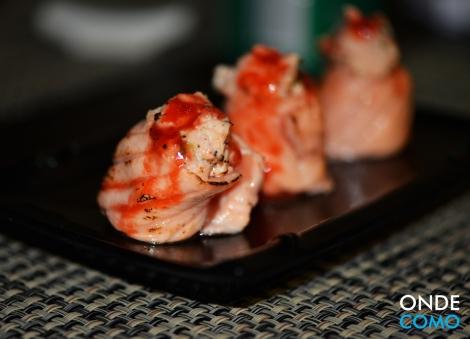 Gunkan de salmão ao maçarico com tartare de salmão grelhado, geleia de pimenta-biquinho e abacaxi