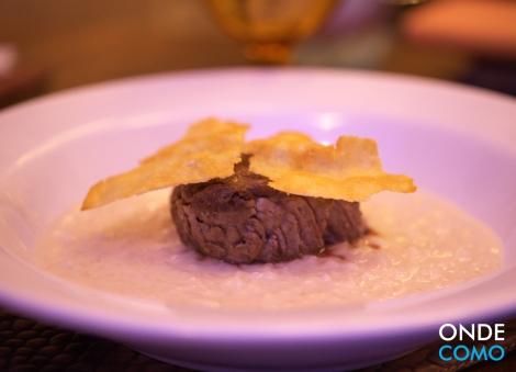 Risoto parmigiano com filé e crocante de grana padano