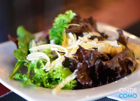 Salada verde com lascas de parmesão, croûtons e molho de limão