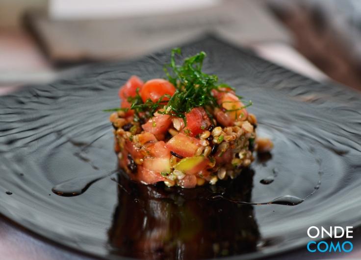 Tartare de grãos marinados em soja com tomates concassé