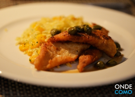 Tilápia salteada com alcaparras e servida com arroz maluco de camarão