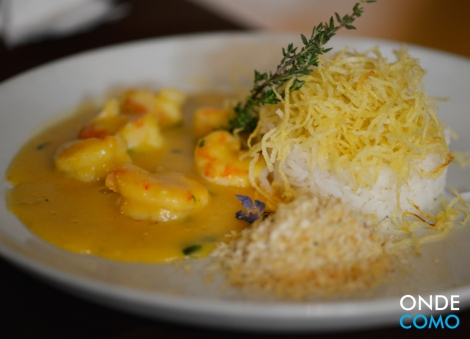 Bobó de camarão e baroa com farofa de tomilho, arroz e batata palha