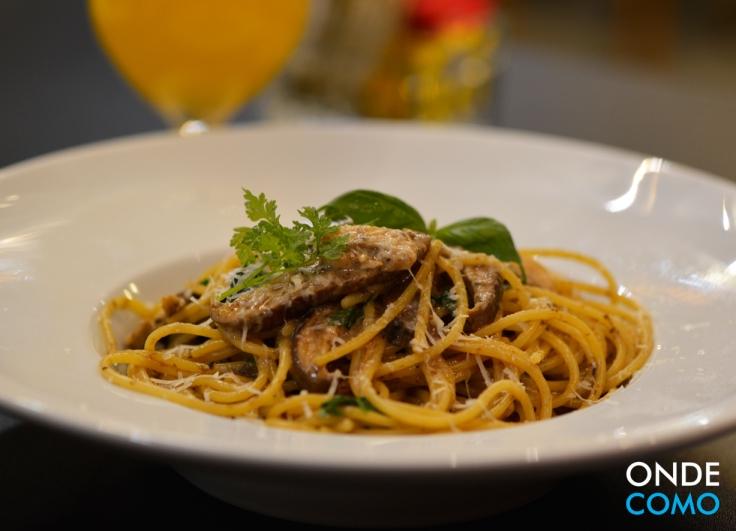 Linguini com cogumelos frescos e pecorino
