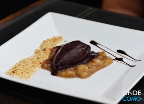 Sorbet de açaí com banana caramelizada e farofa de castanha