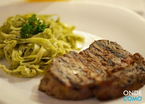 Steak de chorizo de angus ao molho de azeite, sálvia e tomilho com fettuccine de manjericão