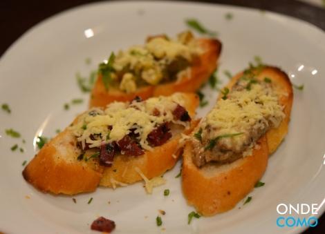 Trio de brusquetas - de cogumelos, de tomate com queijo minas e de calabresa