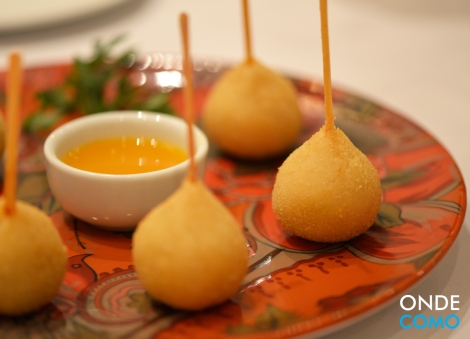 Coxinha de gorgonzola ao coulis de tangerina