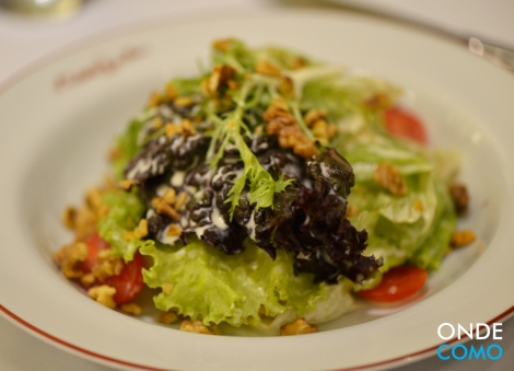 Clássica salada com nozes