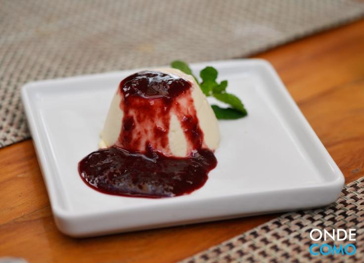 Panna Cotta com coulis de frutas vermelhas