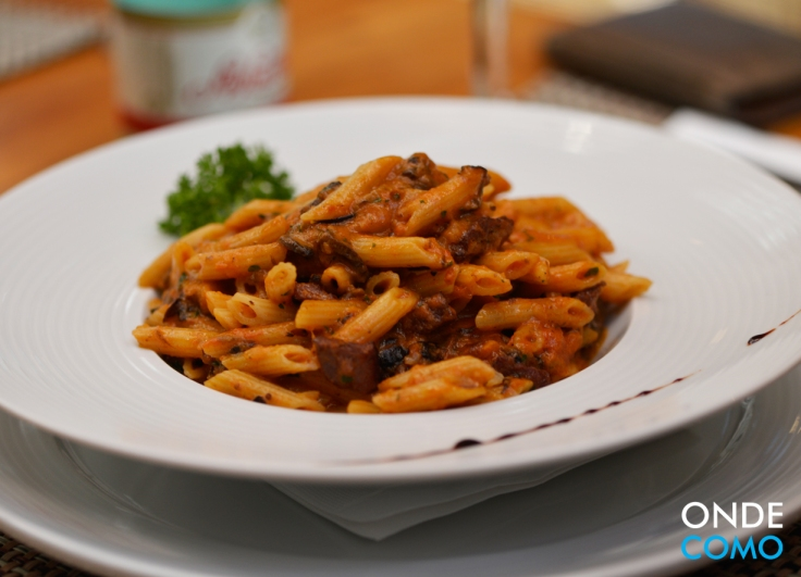 Troile Liguei com Ragu de Linguiça Picante e Cogumelos