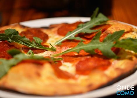 Pizza de salame fresco e rúcula