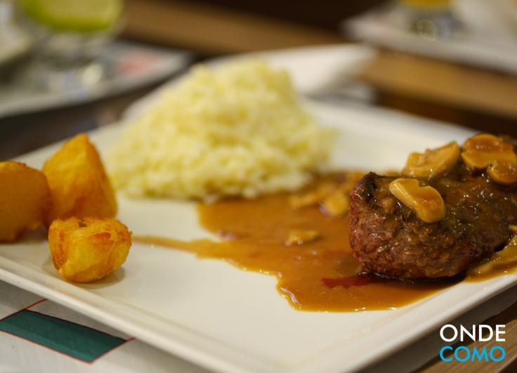 Tornedor ao chateaubriand (Molho Francês ao vinho especial, shoyu, ervas finas e champignon acompanhado de arroz piemontese e batatas coradas)
