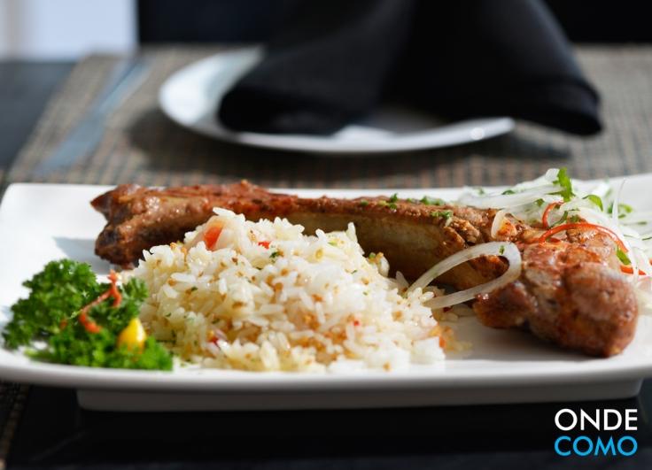 Braseado - Costeleta suína braseada com anticuchea de aji panca acompanhada de arroz com alho e vinagrete