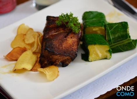 Costelinha ao forno, dados de polenta do Serro e chips de batata doce