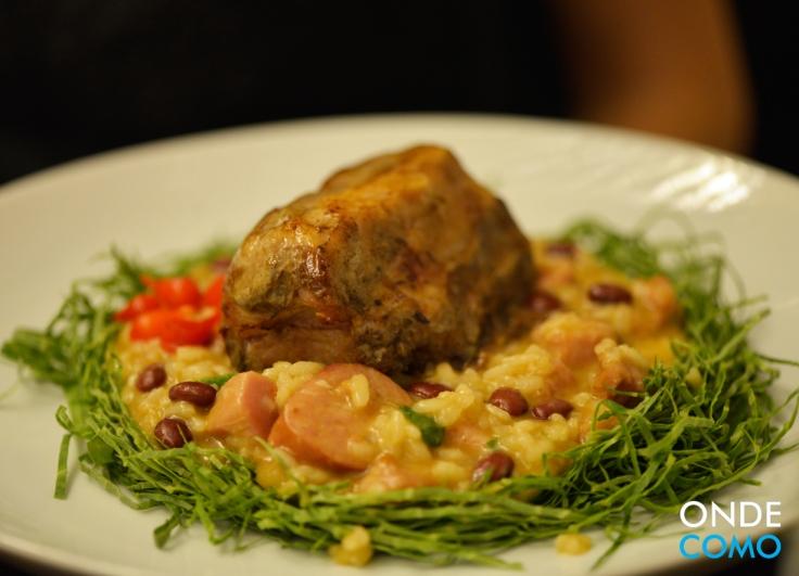 Costelinha com risoto de feijão, carnes defumadas e couve