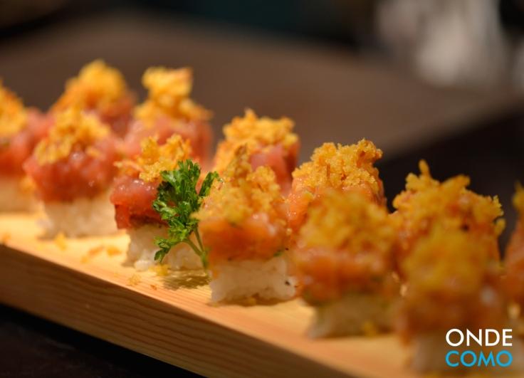 Sushi de salmão e atum prensados com massa crocante de legumes