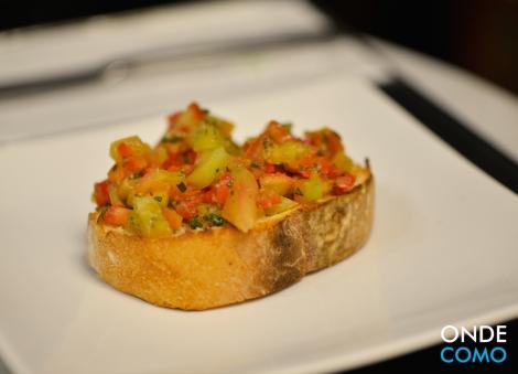 bruschetta clássica ciabatta tostada com tomates em cubos, manjericão, alho fresco e azeite
