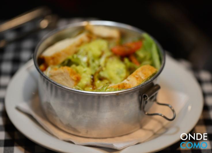 Salada de alface americana, lascas de frango com páprica, molho de avocado