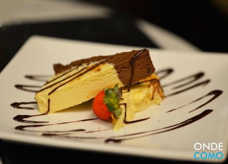 Semifreddo fatia de bolo italiano cremoso, tipo sorvete, base de chocolate e chantily