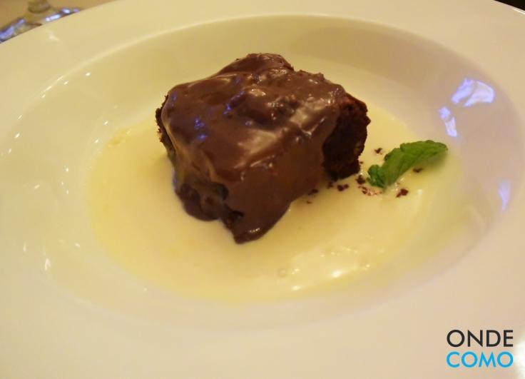 Brownie com brigadeiro e calda de Baunilha