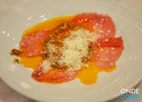 Carpaccio napolitano com molho de tomate seco, azeitonas e queijos