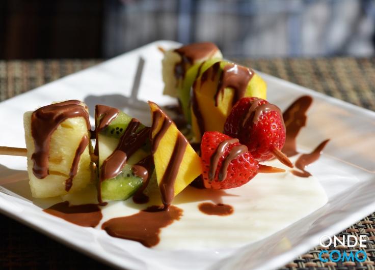 Espefruta Espeto de frutas com creme de Coco e chocolate