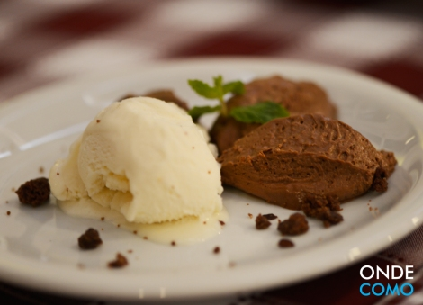 Mousse de chocolate com sorvete de cupuaçu