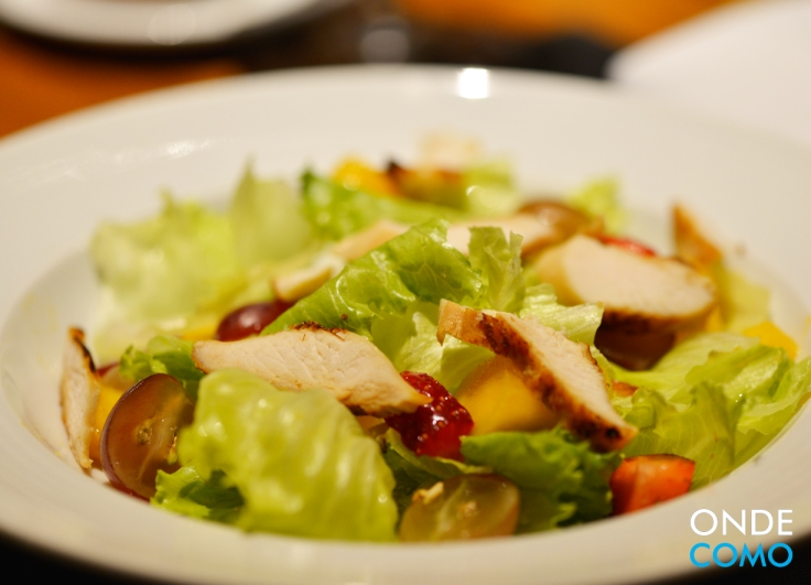 Salada Caesar com Frutas Tropicais