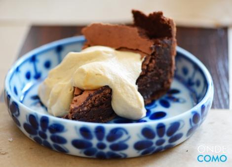 Fondant de chocolate belga servido com creme de doce de leite